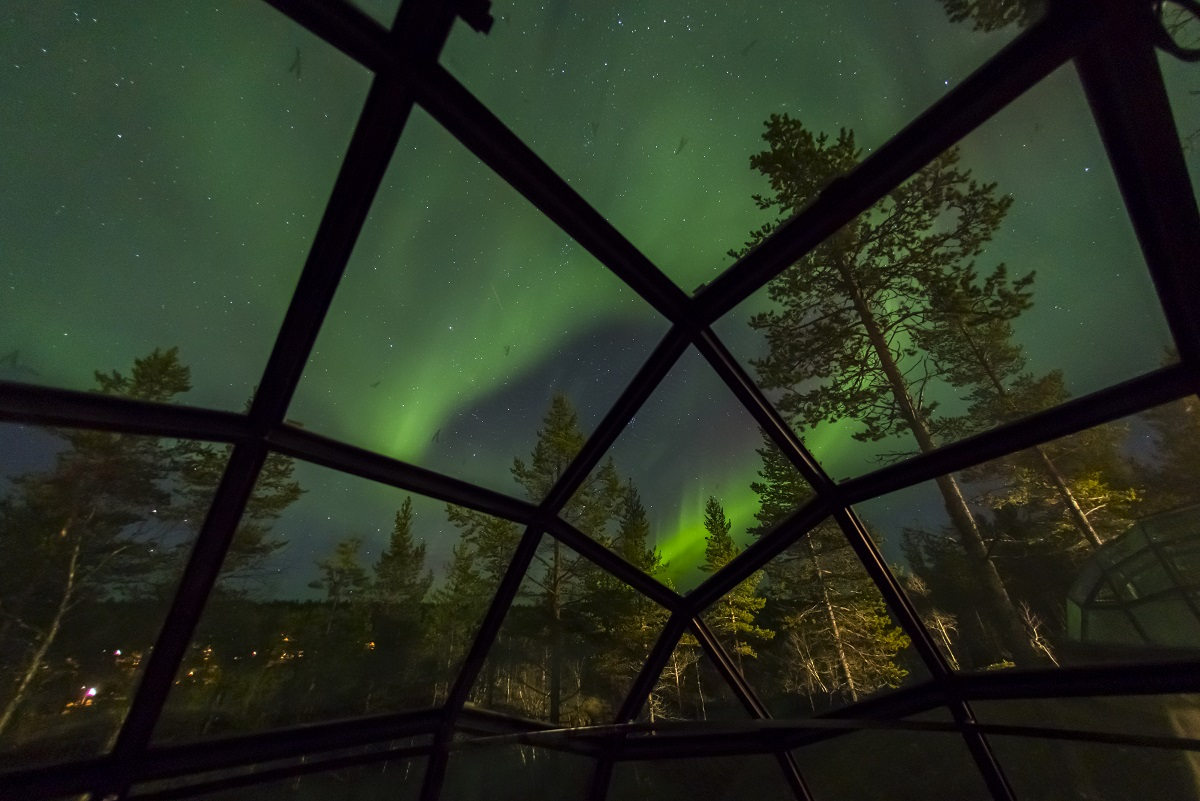 Kakslauttanen - glass igloo and aurora